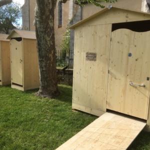 Vue sur Toilettes sèches PMR évènementielles - mobilité réduite - location mobilier de récéption bois - wood stock reception - gers - sud ouest